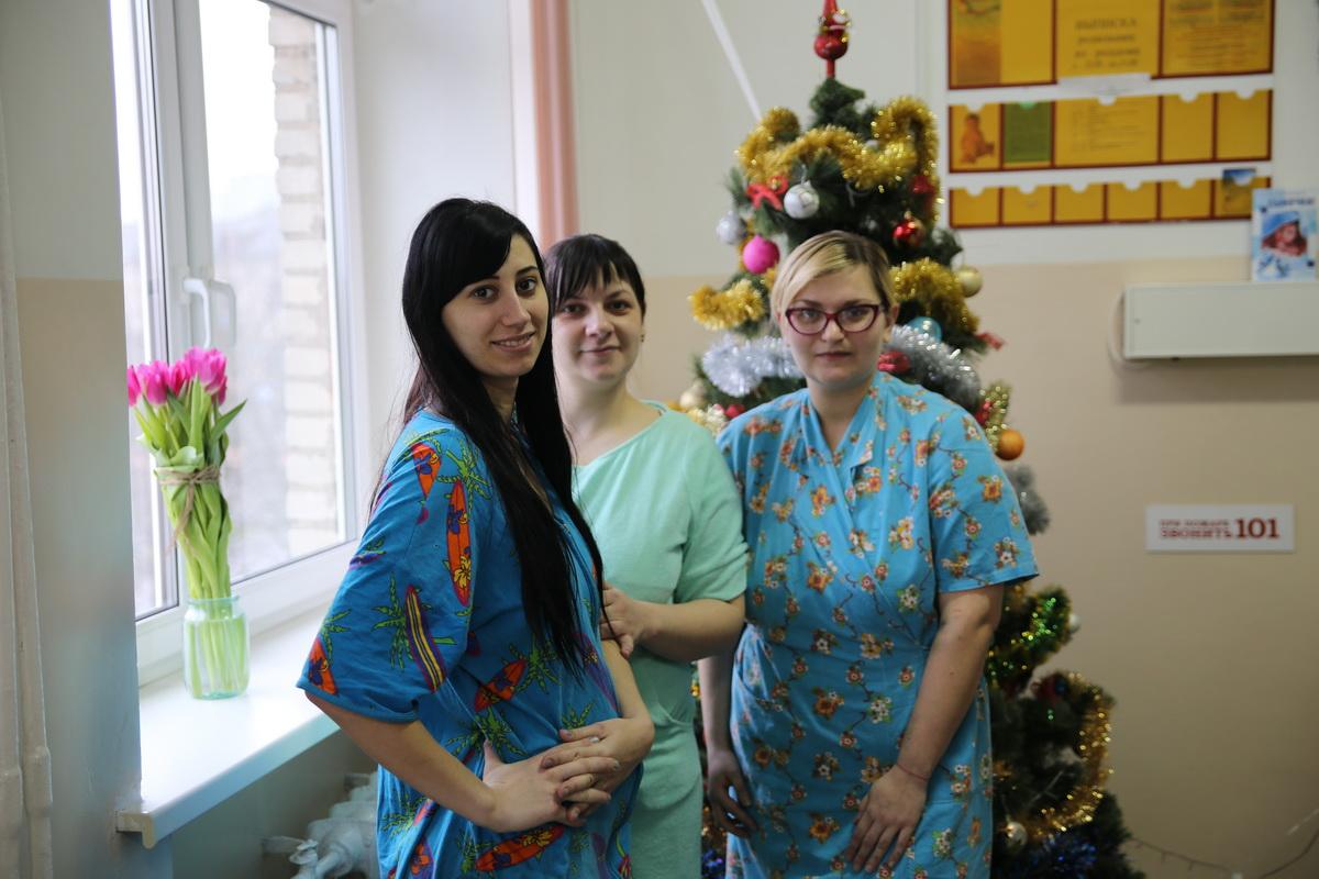 Кристина Телятникова, Елена Якубеня и Ирина Максимук (слева направо) стали мамами 1 января. Фото: Татьяна МАЛЕЖ